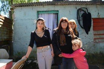 Zully Rodríguez (centro) junto a su hija y nietas en su casa en el asentamiento Isla de Gaspar.<br>