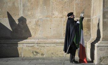 <p>Hombre rinde homenaje a exmonarca Víctor Manuel III y su esposa, en Italia</p><p></p>