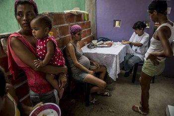 Familias llevan a sus niños a atenderse en una clínica de salud infantil gratuita en Morón. Muchos niños no tienen dónde hacerlo. Fotos Meridith Kohut / The New York Times<br>