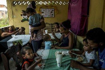 Niños almuerzan en un comedor gratuito en un barrio pobre de La Guaira.<br>