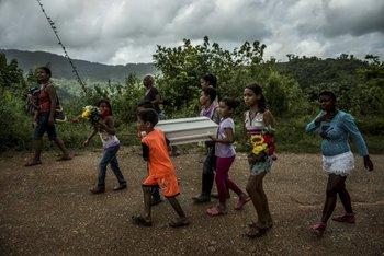 """Niños cargan el féretro de Kleiver Hernández, de 3 meses de edad. Kleiver """"sufrió una muerte increíblemente dolorosa"""", según sus médicos, lo que se hubiese evitado de haber tenido acceso a una fórmula láctea infantil."""