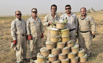Desminadores kurdos posan junto a artefactos desactivados en zonas de combate<br>
