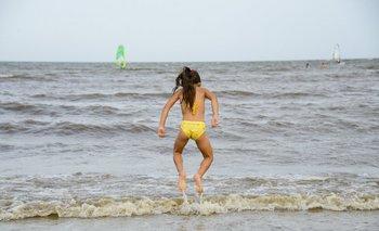 Una niña jugando en la playa Pocitos.