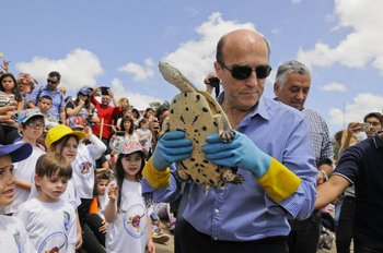 Recorrida del intendente Daniel Martínez donde participó de la liberación de tortugas en el río Santa Lucía. <br>