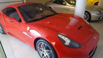<b>Una reluciente Ferrari estacionado en la amplia cochera</b>