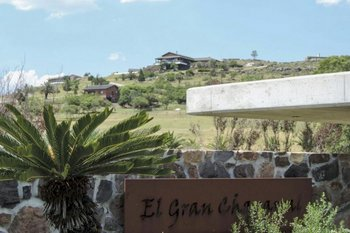 <b>El lujoso chalet se ubica en la cima de un cerro sobre la ruta 10 a la altura de Playa Verde</b>