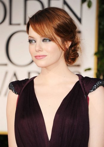 Emma Stone, presentadora este año y ganadora del Globo de Oro a Mejor Actriz de película en 2017, vestida por Lous Vuitton<br>