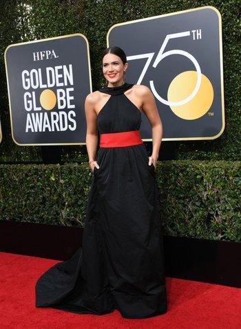 Mandy Moore, actriz de This is Us, usó un vestido de Rosie Assoulin<br>