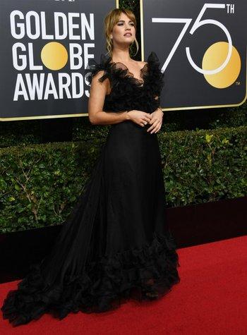 Lilly James con vestido de Valentino<br>
