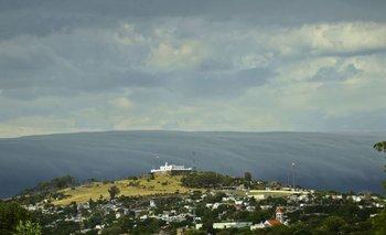 Viernes 12. Una nube tubo generó un efecto óptico inusual en la costa de Montevideo.