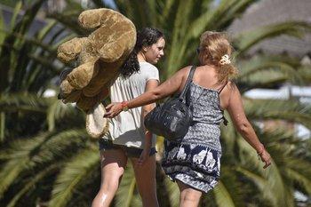 Martes 9. Un oso de peluche se pasea en los hombros de una joven en la rambla de Buceo.