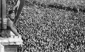 Benito Mussolini arenga a sus partidarios desde un balcón del Palazzo Venezia, en Roma.