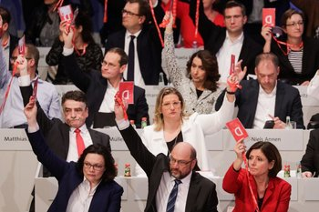 Martin Schulz en primera fila (al centro) encabeza la votación para negociar una coalición con Merkel<br>