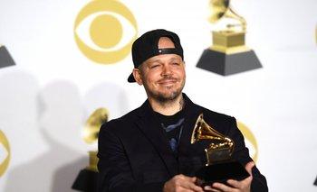 Residente sostiene su Grammy en la premiación de este domingo