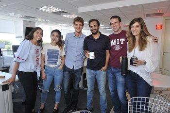 Clara Singer, Jaida Yang, Rodrigo Sánchez, Pranov Rai, Ronen Paritzky y Chen Topolski