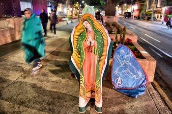 <p>Peregrino envuelto en una imagen de la Virgen de Guadalupe en Ciudad de México.</p><p></p><p></p><p></p>