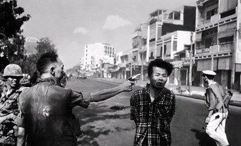 El momento en el que el gneral Nguyen Ngoc Loan de la policía de Vietnam del Sur, ejecuta a Nguyen van Lem, del Vietcong<br>