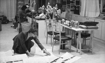 Yves Saint Laurent en su estudio en 1986. sacha