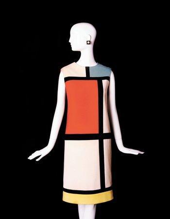 El vestido, de 1965, forma parte de la colección Mondrian, inspirada en la obra del pintor Piet Mondrian compuesta por seis prendas de cóctel de lana y seda.