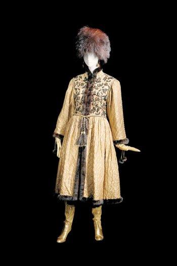 La presentación de la colección de alta costura de Yves Saint Laurent inspirada en la ópera y ballet rusos, en 1976, fue un espectáculo. Resumía en una serie de prendas la opulencia y sofisticación de esas presentaciones. <br>