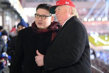 Dos hombres que personificaron a los líderes de EEUU y de Corea del Norte, fueron expulsados del estadio<br>
