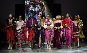 <div><b>Prabal Gurung -</b> Encabezadas por Gigi y Bella Hadid,las modelos cerraron el desfile con flores blancas en sus manos rosas blancas, como hicieron las artistas en los Grammy </div>