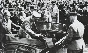 Hitler con Ferdinand Porsche a sus espaldas examinan en 1938 uno de los primeros prototipos de Volkswagen. Entonces los totalitarismos parecían la fuerza del futuro