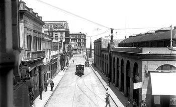 Al fondo de esta foto de Montevideo antiguo puede verse el edificio estilo ecléctico francés de Maciel y Piedras.