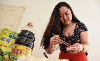 Adi Yacong Wu vive hace tres años en Uruguay y es profesora de chino mandarín en el centro Cicuch.