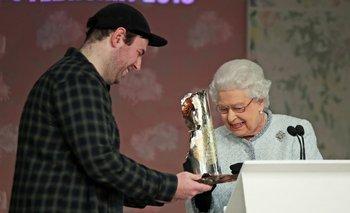Isabel II entregando un premio al diseñador Richard Quinn