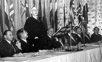 John Maynard Keynes habla de pie en la conferencia de Bretton Woods, 1944.