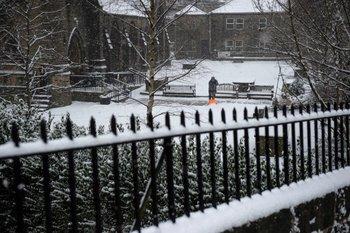 La nieve cubre las calles de Ripponden, en el norte de Inglaterra<br>