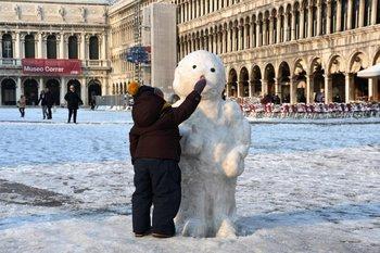 Muñeco de nieve en la plaza de San Marcos, en Venecia. Una visión poco frecuente<br>