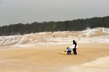 Un niño juega en la playa de La Teste-de-Buch, en el suroeste de France<br>