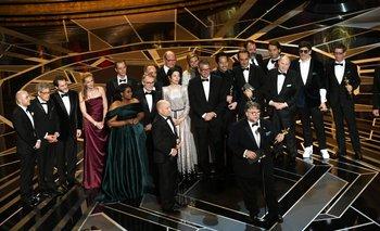 Todo el equipo de <i>La forma del agua </i>subió a recibir el premio a mejor película <br>