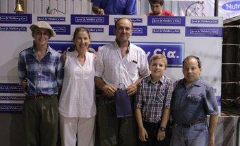 Pablo Valdéz junto a la familia Mailhos durante la venta de Romney y Cuarto de Milla en Don Tito  <p> </p><p></p>