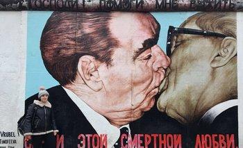 Mural en el Berlín de hoy que recuerda el famoso beso de 1979 entre el líder soviético Leonid Brezhnev y Erich Honecker, de Alemania Oriental