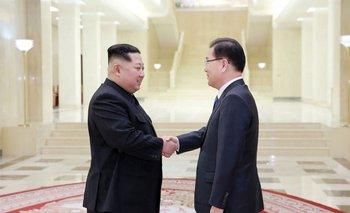 La foto tomada el 5 de marzo muestra al líder norcoreano el delegado principal de Corea del Sur<br>