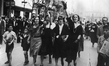 """El concepto de """"activo"""" lo ilustra esta foto, titulada """"Grupo de damas manifiesta su protesta ante el crimen incalificable perpetrado por la dictadura"""". Montevideo, 1933. <br>"""