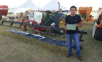 Uno de los técnicos de Marco Natural exhibe el premio delante del sistema distinguido.