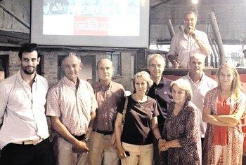 Los integrantes de las cabañas vendedoras junto a Gerardo Zambrano en el remate realizado en Salto