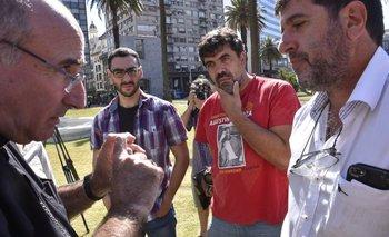 Sturla conversa con Pereira, Andrade y Núñez fuera de la carpa donde se realiza el reclamo