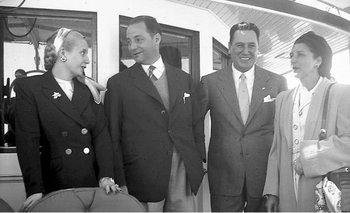 Eva Duarte, Luis Batlle, Juan Domingo Perón y Matilde Ibáñez el 27 de febrero de 1948, en el Río de la Plata, frente a Carmelo. Las relaciones bilaterales se deteriorarían muy rápidamente.