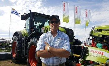 Santiago Arocena delante del tractor Axion 930.<br>