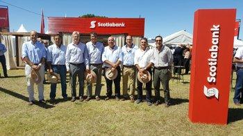 Integrantes de Scotiabank y autoridades de la Asociación Rural de Soriano.