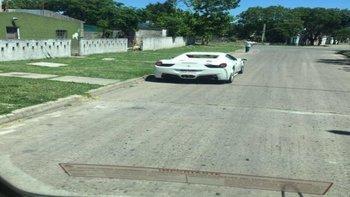 Las imágenes de una Ferrari 458 Spider que circulaba en una zona de viviendas precarias de Malvín Norte se viralizaron rápidamente en las redes sociales