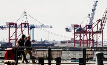 Varias grúas descargan mercancía en el puerto de Nueva York, Estados Unidos