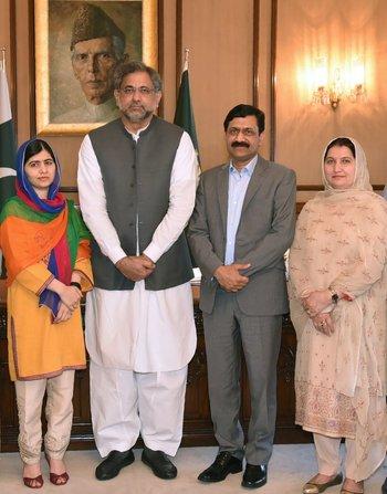 Malala Yousafzai junto al primer ministro paquistaní Shahid Khaqan Abbasi y los padres de la premio Nobel en Islamabad