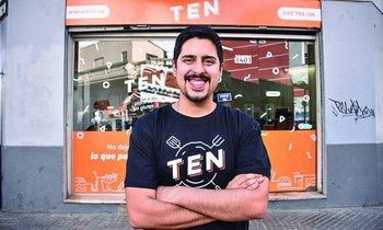 Sebastián Álvarez al frente del local de Ten en el centro de Montevideo