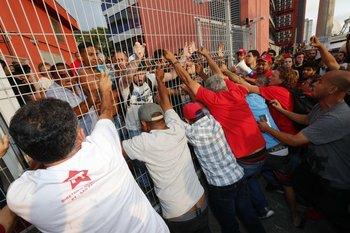 MIlitantes impiden la salida de Lula da Silva del Sindicato Metalúrgico para que se entregue a la Policía.<br>